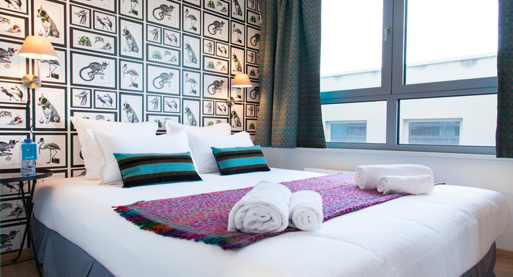 Limpid and modern bedroom with double bed