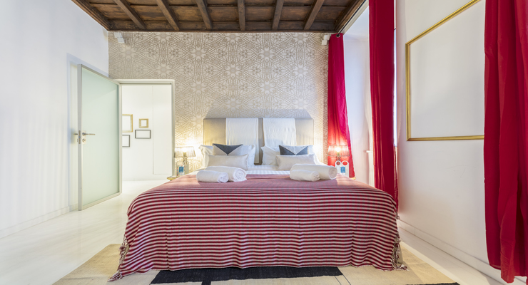 Elegant and limpid bedroom with double bed